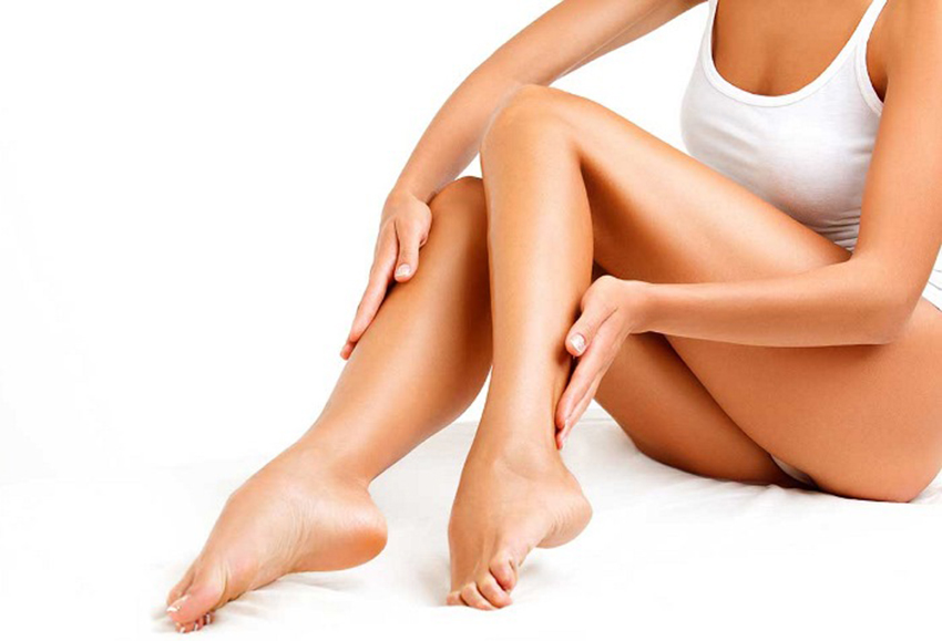 Женщина рассматривает свои ноги