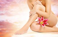 Женские ножки и цветок